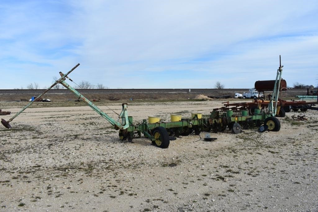 LL- 8 ROW JD PLANTER